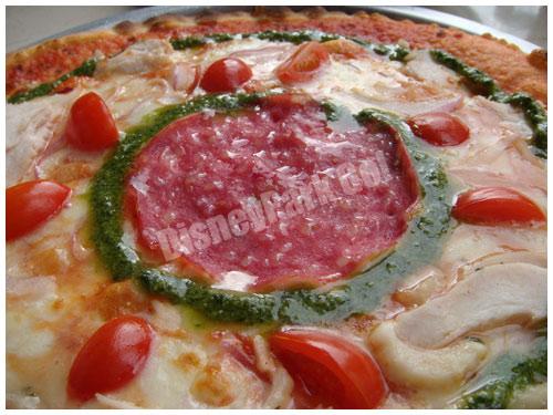 チキンとボローニャソーセージのピッツァ
