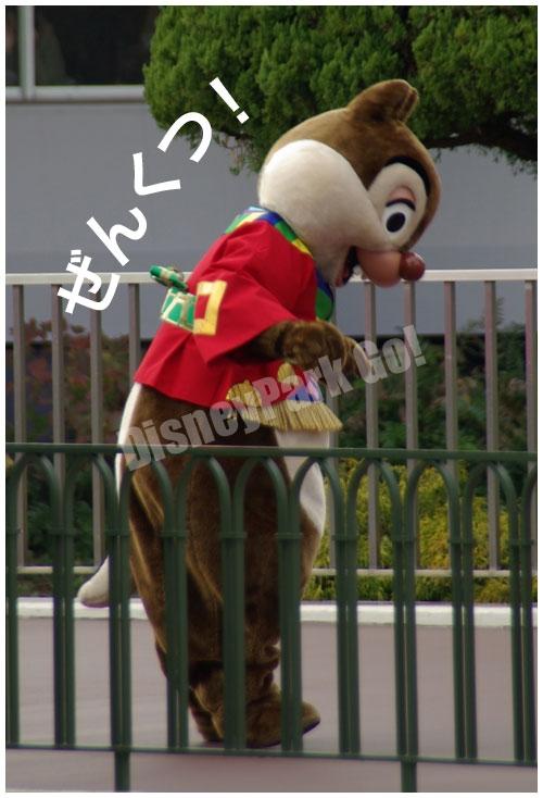 東京ディズニーランドのニューイヤーズ・グリーティング2012で前屈をしようとするデール