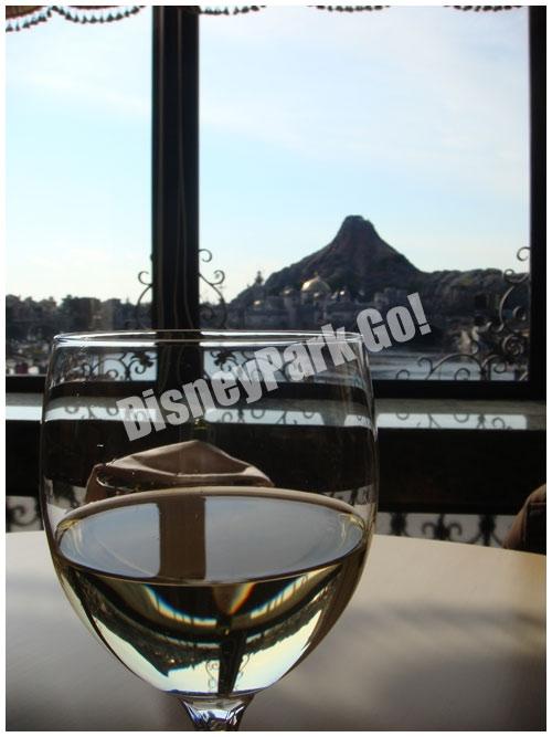 ベッラヴィスタ・ ラウンジでワインとプロメテウス火山