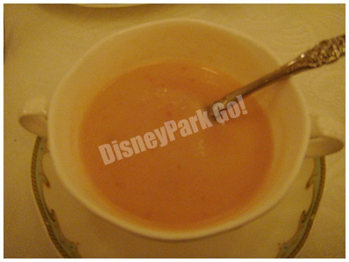 カリフラワーのクリームスープ、ビーツのピュレを混ぜたら