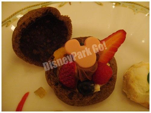 チーズクリームのチョコレートシュー キャラメル・バニラアイスクリーム 添え