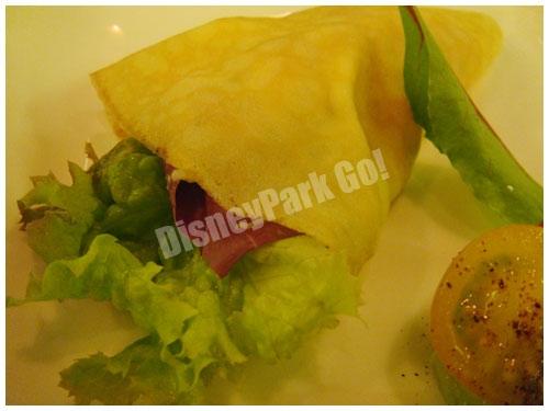 クレープで包んだスモークサーモンとポテトのサラダ スパイシーアボカドサルサ