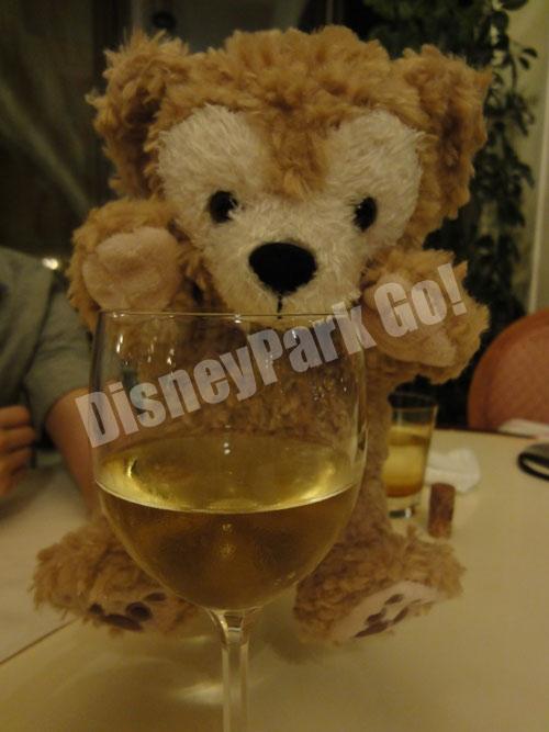 ダッフィー、ワインを飲む