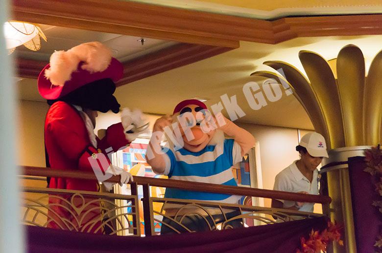 何かを探すフック船長とスミー