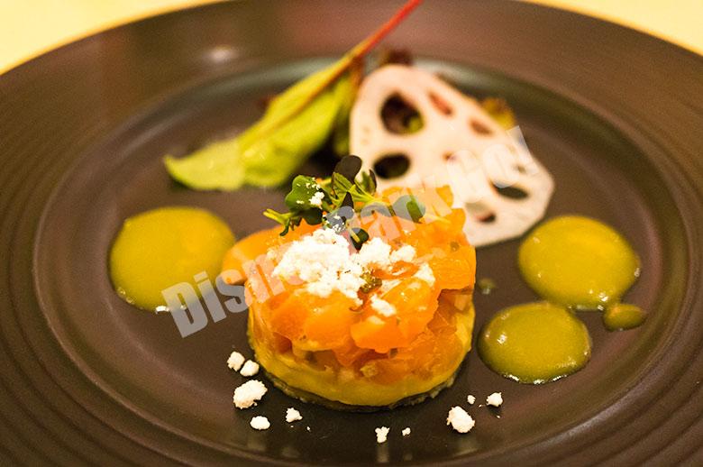 サーモンマリネのタルタル仕立てと焼きナスのピュレ ジンジャー・シトラスソース