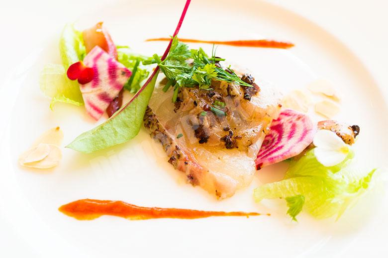 真鯛の炙りとカナダホッキ貝 トウチーサルサ  ロメスコソースのアクセント