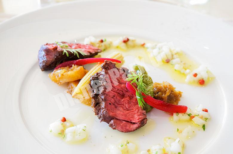 牛ハラミのグリル レフォール風味のオニオンサルサ  ジャガイモとサルシッチャのストゥッファートを添えて