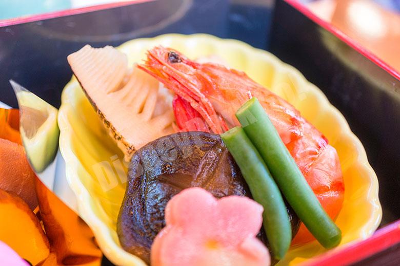 有頭海老、鶏つくねと野菜の炊き合わせ