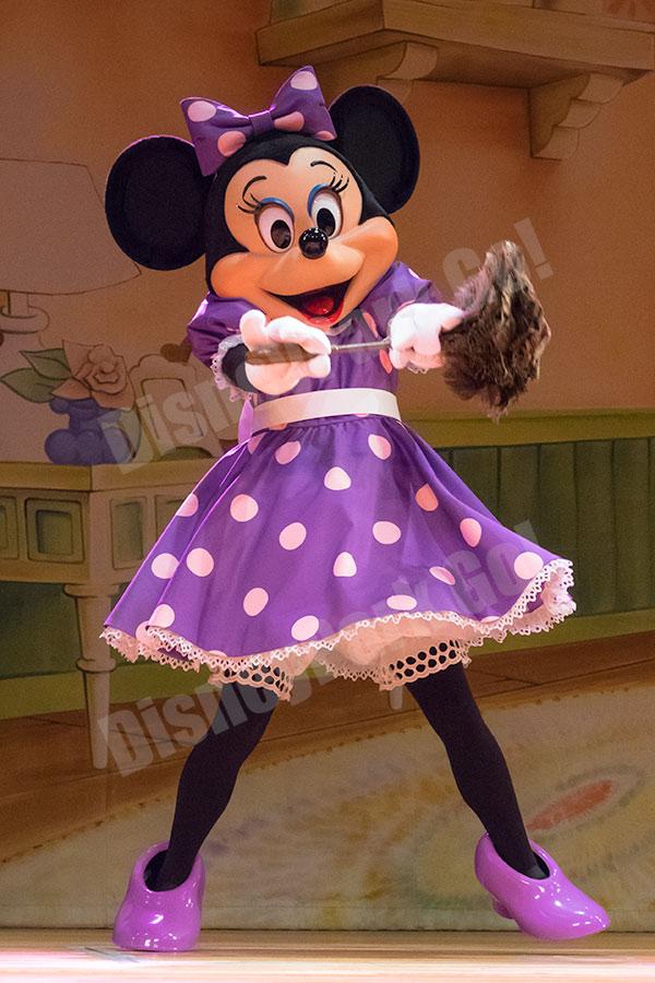 ハタキを持って踊るミニー