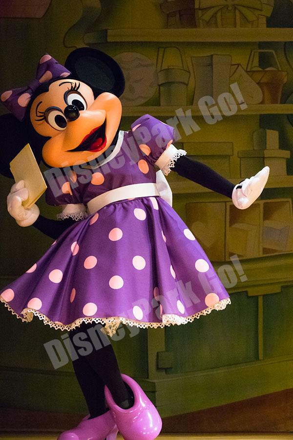 手紙を持ってポーズするミニー