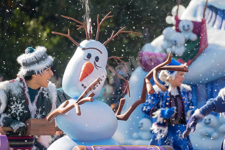 雪だるまを押すダンサー