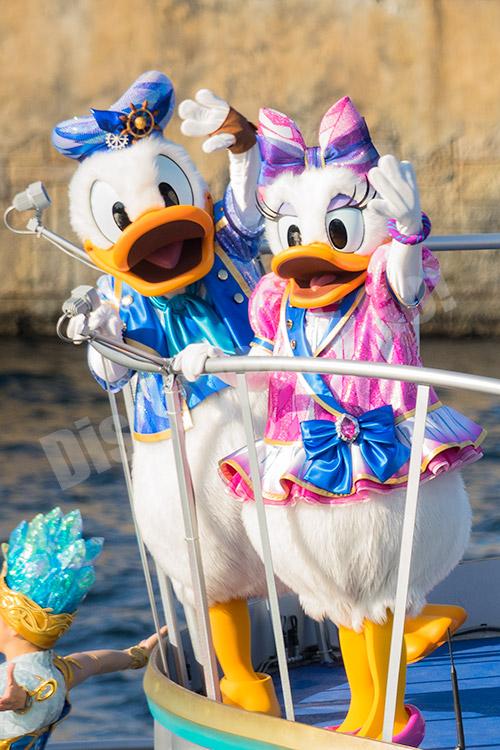 船に乗ってゲストに手を振るドナルドとデイジー