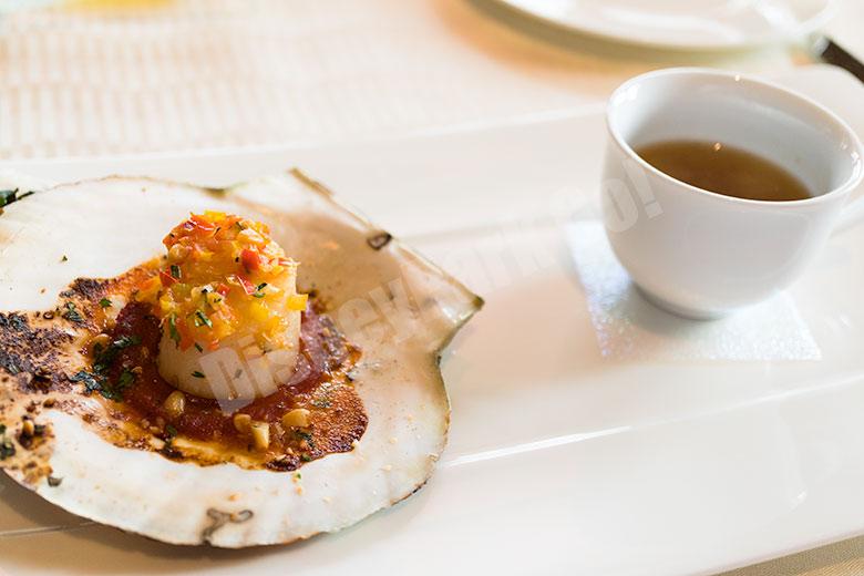 帆立貝のオーブン焼き レモングラスと貝類のスープと共に