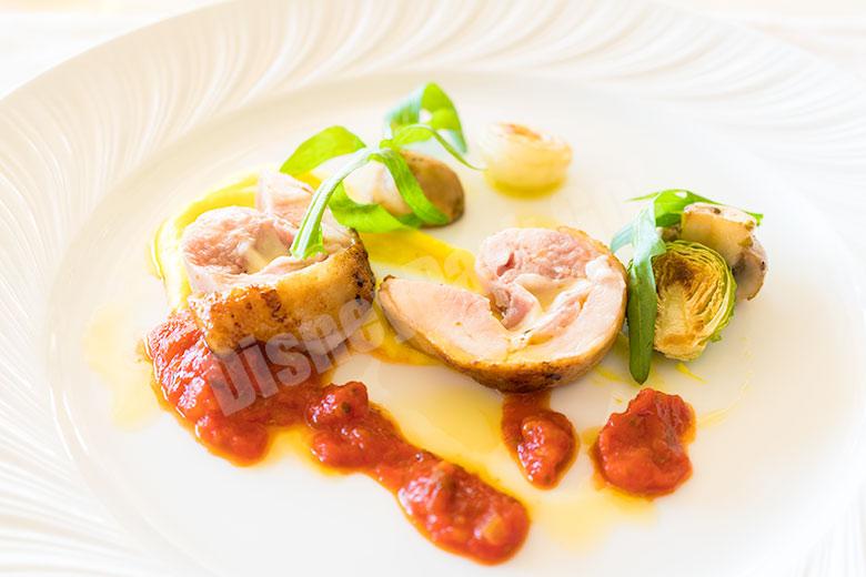 日向鶏とモッツァレッラのインヴォルティーニ ピッツァイオーラソース マッシュルームのフンゲットを添えて