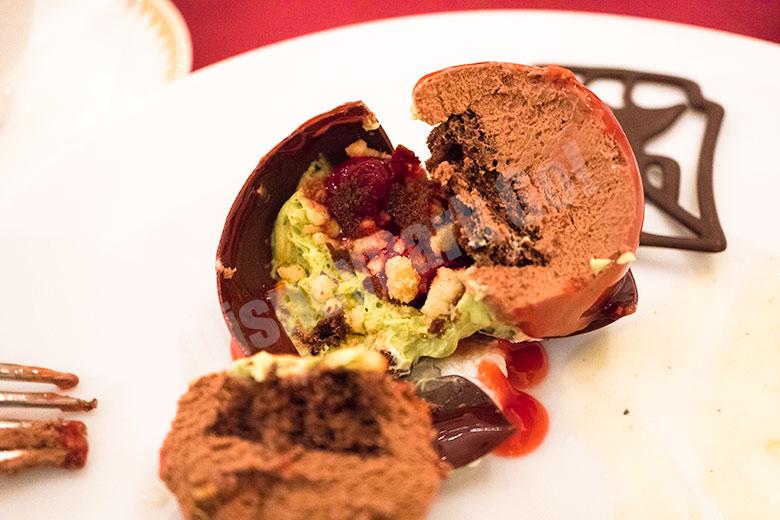 チョコレートムース、チェリーソース、バニラアイスクリーム添え