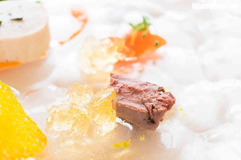日向鶏のインボルティーニとコンソメのジュレ、人参のマリネと季節の野菜、ピスタチオとオレンジの香りと共に