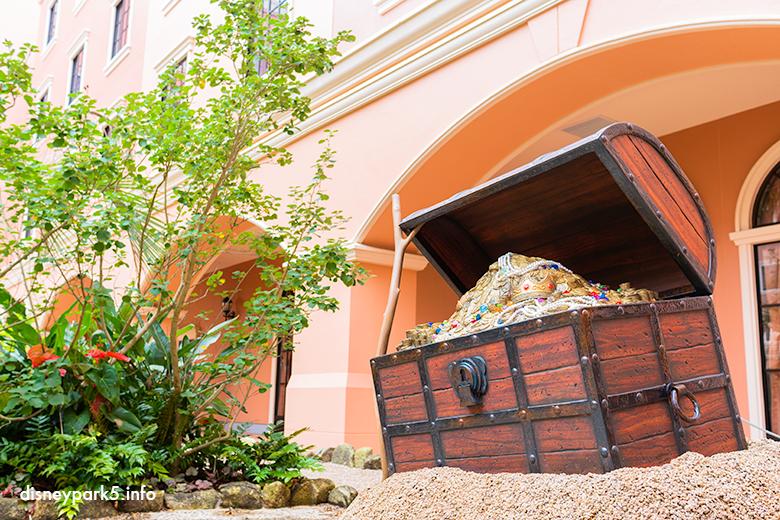 セレブレーションホテル「ディスカバー」のお庭にある宝箱